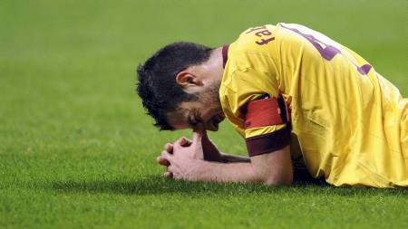 Cesc Fabregas går glipp av oppgjøret på Villa Park på grunn av skade. (Foto: Paulo Duarte/Ap)