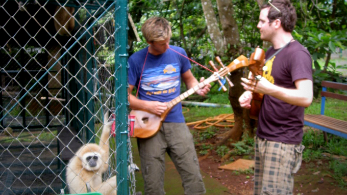 Gaute Grøtta Grav underholder en gibbonape i Thailand.  (Foto: Presse)