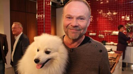 Hunden Mikkel er med God morgen   Norges programleder Nils Gunnar Lie på jobb. (Foto: Erik Manshaus)