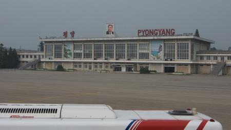 Regimets grunnlegger Kim Il-sung ønsker besøkende velkommen med et smil på flyplassen i Pyongyang. (Foto: Gjermund Hagesæter)