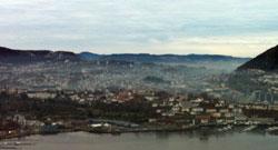 Kaldluften ligger brun og støvete i de laveste delene av Bergen en stille novemberdag, (Foto: Ronald Toppe)