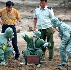 I 2004 gravde kinesiske myndigheter opp det de mente var kjemiske   våpen etterlatt av japanske militære styrker i den nordøstlige provinsen   Changhun under 2. verdenskrig. (Foto: Ap)