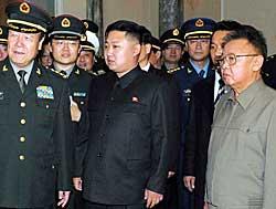 BESØK FRA KINA: I oktober fikk Kim Jong-il og hans sønn Kim   Jong-un besøk av ledere fra Kinas militære styrker. (Foto: Afp)