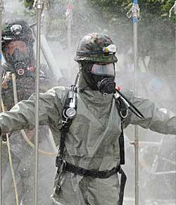 ØVER MOT KJEMISKE ANGREP: Sørkoreanske soldater iført beskyttelsesdrakter   foretok i sommer en øvelse mot angrep med kjemiske våpen. (Foto: Park   Ji-hwan/Afp)