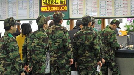 KRISEBEREDSKAP: Sørkoreanske soldater er satt i høyeste beredskap.   Her står soldater i kø på en busstasjon i Seoul før å komme seg tilbake   til militærbasen. (Foto: Jung Yeon-Je/afp)