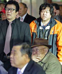Sjokkerte sørkoreanere følger tvdekningen av Nord-Koreas artilleriangrep.