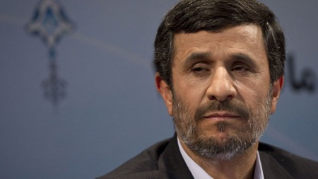 Irans president Mahmoud Ahmadinejad selger bilen sin. (Foto: AFP)
