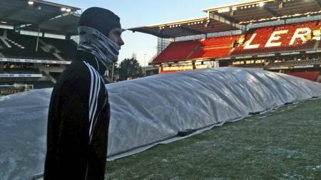 Rosenborgs Markus Henriksen med hetten han skal spille med mot Leverkusen. (Foto: TV 2/)