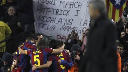 José Mourinho foran Barcelona-spillerne. (Foto: Victor R. Caivano/Ap)