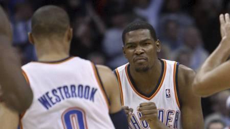 SUPERDUO: Russell Westbrook og Kevin Durant har imponert stort for Oklahoma City Thunder denne sesongen. (Foto: Sue Ogrocki/Ap)