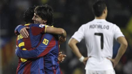 Xavi og Messi jubler, ronaldo med ryggen til. (Foto: ANDRES KUDACKI/Ap)