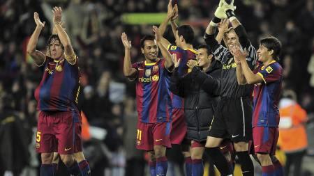 TAKKET FANSEN: Barcelona-spillerne feirer etter å ha banket Real Madrid 5-0. (Foto: JOSEP LAGO/Afp)