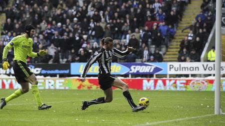 Andy Carroll scorer mot Chelsea. Petr Cech kommer halsende bak. (Foto: John Giles/Pa Photos)