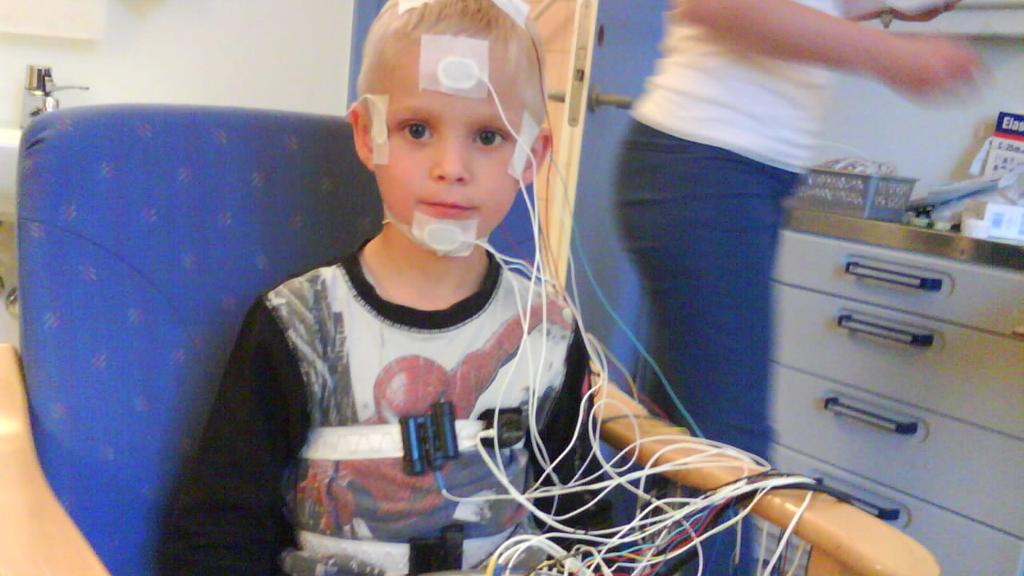 Tobias får gjennomført søvnregistrering på Lovisenberg Diakonale sykehus, der det ble oppdaget et skremmende søvnmønster.  (Foto: Privat)