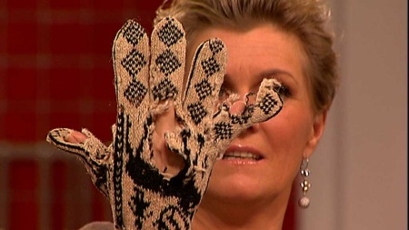 Signe viser frem en godt brukt hanske. For Annemor Sundbø har andre menneskers avfall ført til nye ideer, og mange votter.  (Foto: God morgen Norge)