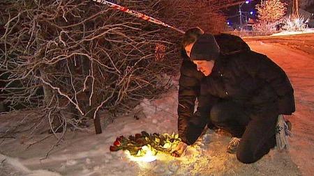 LA BLOMSTER: Flere venner av den avdøde kvinnen i 20-årene la fredag kveld ned blomster utenfor boligen hvor hun var leietaker.