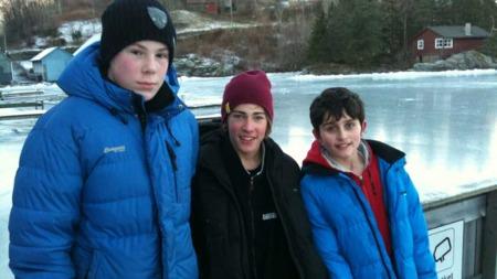 DAGENS HELTER: 13-åringene Erlend (t.v), Vegard (midten) og Benjamin, ble dagens helter da de reddet en mann som gikk gjennom isen. (Foto: Thomas Henschien / TV 2)