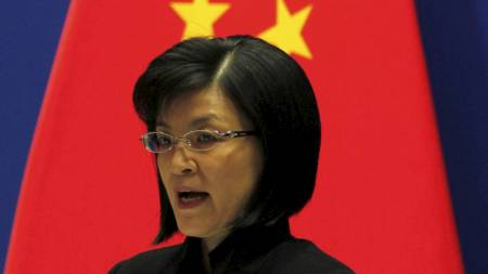 KALLER NOBELKOMITEEN «KLOVNER»: Talskvinne for kinesiske myndigheter, Jiang Yu, under en pressekonferanse i Beijing tirsdag 7. desember. (Foto: DAVID GRAY/Reuters)