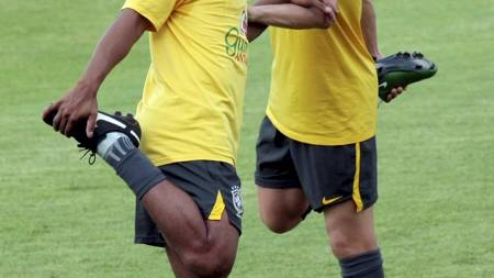 Ronaldinho og Lucas (Foto: Chitose Suzuki/AP)