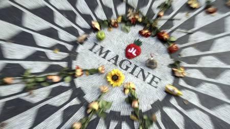 30 ÅR: Beatles-legendens dødsdag markeres over hele verden. Her har det blitt lagt ned blomster i Strawberry Fields i New York. (Foto: Mary Altaffer/Ap)
