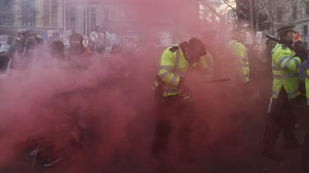 Demonstrantene har kastet både røykbomber og bluss mot politiet. (Foto: STEFAN WERMUTH/Reuters)