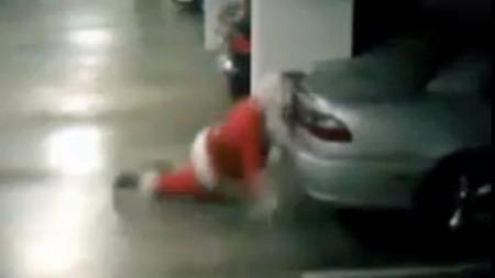 AU, DA! Her går nissen over ende og dunker hodet i en parkert bil. (Foto: FAKSIMILE)