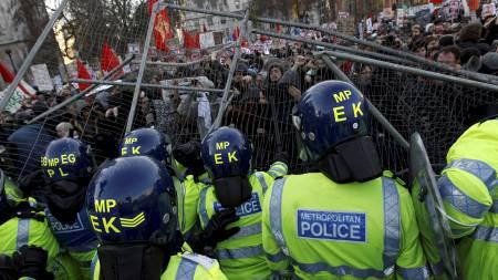 Illsinte demonstranter forsøkte desperat å trenge gjennom politiets sperringer utenfor parlamentsbygningene. (Foto: STEFAN WERMUTH/Reuters)