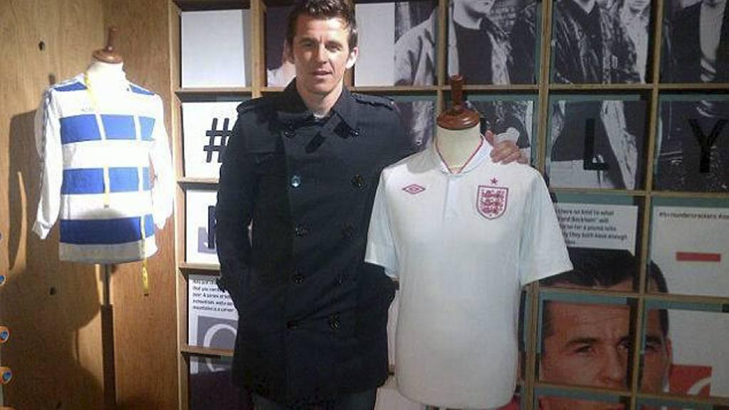 Joey Barton med Englands nye drakter. (Foto: Twitter.com/)