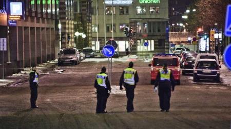 SPERRET AV: Politiet har sperret av store deler av området rundt de eksploderte bilene i Stockholm. (Foto: SCANPIX)