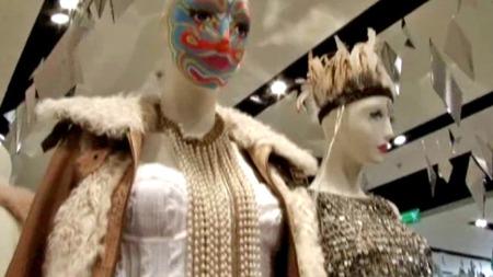 BLIKKFANG: Ansiktsmaling og fjærpryd er hva Topshop forsøker å lokke kundene til å pynte seg med før jul.  (Foto: Anna Drury)