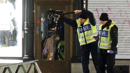 ETTERFORSKER: Politiet jobbet sent lørdag kveld med tekniske undersøkelser på åstedet. (Foto: Scanpix)