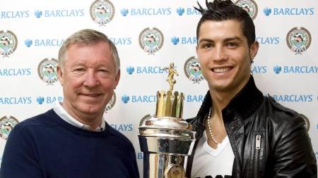 VERDENS BESTE: Cristiano Ronaldo ble kåret til verdens beste fotballspiller av FIFA under sin tid i Manchester United. Her sammen med troféet og Sir Alex Ferguson. (Foto: PA/Pa Photos)