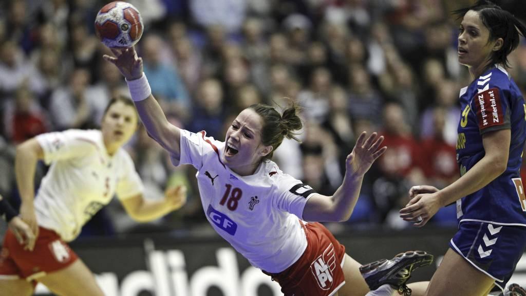 Kamilla Kristensen scorer mot Romania i gruppespillet. (Foto: DRESLING JENS/Ap)