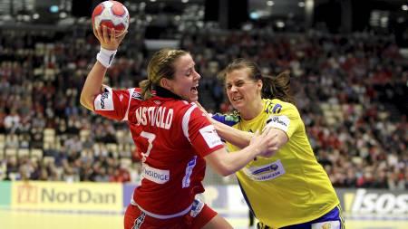 Tonje Nøstvold i duell med Linnea Torstenson. (Foto: Kallestad, Gorm/Scanpix)