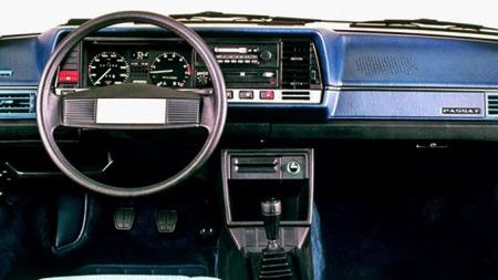 Tidsriktig dashbord i VW Passat B2.