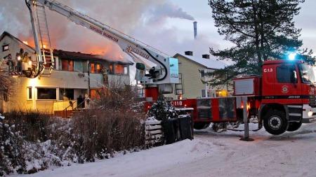 IKKE HJEMME: Sju personer var registrert på adressen, men en familie på fire var ikke hjemme da det begynte å brenne. (Foto: Thomas Andersen)
