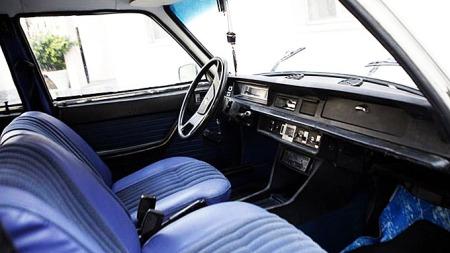 Tidsriktig, lyseblått interiør i 504-en. Dette var en svært komfortabel bil og et vanlig syn på norske veier for 30-40 år siden. Nå er imidlertid de aller fleste borte. 504 var kjent for å ruste. Mye! (Foto: Scanpix)