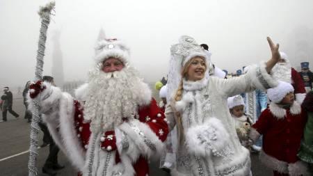 KONG FROST: I kirgisistan har de Kong Frost i stedet for julenissen. Her under en parade 31. desember i Bishkek. (Foto: VLADIMIR PIROGOV/Reuters)