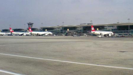 ATATÜRK-FLYPLASSEN: Mannen ble uskadeliggjort og pågrepet av politiet ved ankomst på Atatürk-flyplassen i Istanbul.  (Foto: illustrasjonsfoto: Wikimedia Commons)