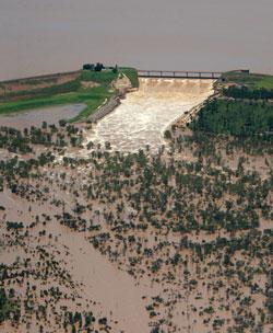 Dette bildet av Fairbairns demningen ble tatt 31. desember. Det renner fortsatt 99.705.000.000 liter vann over demningen - hver dag. (Foto: Afp)