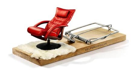VELFERDSFELLE: Denne installasjonen skulle illustrere velferdsfellen   NHO frykter vi er på vei inn i. For ordens skyld kan vi nevne at NHO   hadde fått tillatelse fra Brunstad til å bruke stolen i logoen. (Foto:   NHO)