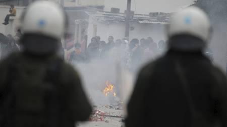 Politiet brukte tåregass mot sigøynere i Aten. (Foto: Thanassis Stavrakis/Ap)