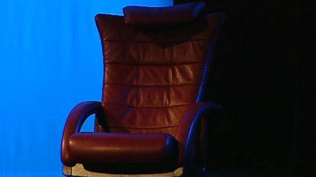 INGEN STRESSLESS: Den mye omtalte stolen slik den sto plassert   på scenen i operaen i Oslo. (Foto: TV 2)