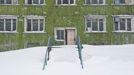 Et godt bilde krever ikke godt vær. Snøvær, regn og tåke kan   gi stemning i bildet. Her er et bilde fra Barentsburg tatt mens snøen   fyker. (Foto: Stian Schioldborg)