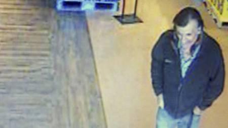 ETTERLYST: Politiet mistenker at denne mannen kan ha hatt forbindelse   til 22-åringen som er mistenkt for å stå bak lørdagens skytemassakre   i Tuscon, Arizona. (Foto: Overvåkingskamera/Ap)