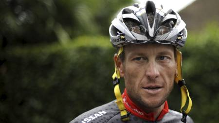 GAVMILD: Lance Armstrong er i Australia for å delta i sitt siste   internasjonale sykkelritt. (Foto: NATHALIE MAGNIEZ/Afp)