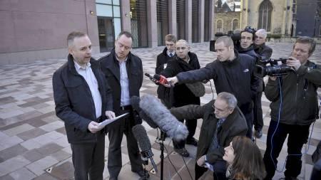 MØTTE MEDIA: Steven Preddy (t.v.) og Martin Hall utanfor rettslokala i Bristol. (Foto: Ben Birchall/Pa Photos)