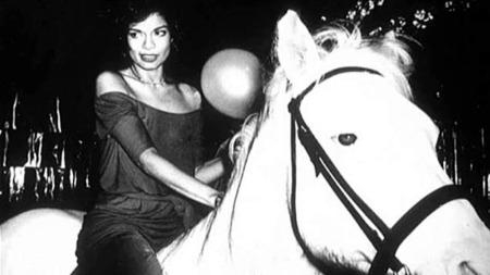 Stilikonet Bianca Jagger var den største inspirasjonskilden på Marc Jacobs visning. Bianca var gift med Mike Jagger, festet med Andy Warhol på Studio 54, var jet-setter og skuespiller.  Hun kom ridende inn på Studio 54 på bursdagen sin.