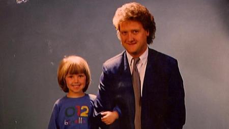 Dan Børge Akerø og hans nest eldste datter, Lisa, i 1986. Det ble til slutt fire jenter og en gutt på Dan Børge. Nå fyller han 60 år. (Foto: Privat)
