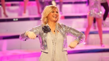 Torhild danser i takt med musikken til kormedlemmene sine.  (Foto: Arild Brun Kjeldaas/TV2)